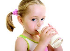 Во время болезни, ребенку нужно пить больше жидкости