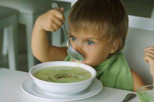 На время лечения антибиотиками, необходимо следить за рационом ребенка, исключая всю жирную пищу