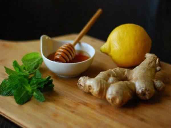 Для понижения давления можно использовать смесь меда, лимона и корня имбиря