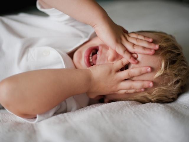 Сопровождается инвазия у детей повышением температуры и плохим сном