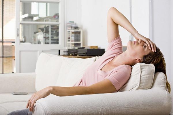 Заболевание в острой форме сопровождается слабостью, повышением температуры, отсутствием аппетита