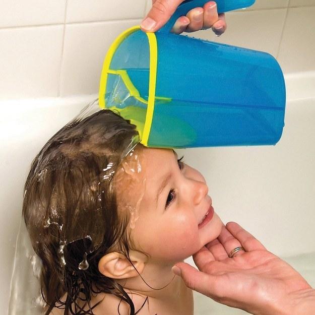 Перед вычесыванием голову ребенка нужно ополоснуть раствором уксуса и лимонной кислоты