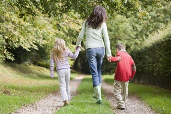 Прогулки с детьми на свежем воздухе могут помочь повысить количество лимфоцитов
