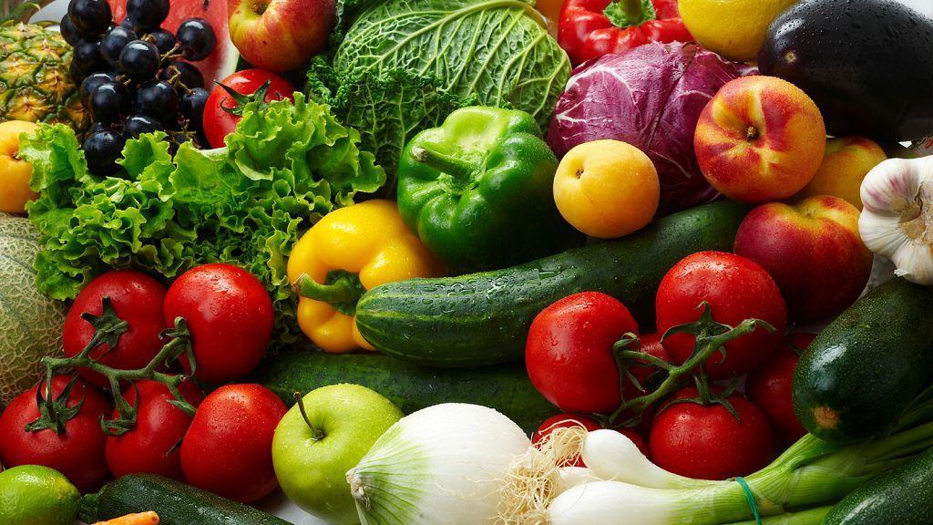Вводить в рацион сырые овощи и фрукты необходимо постепенно