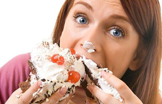 Переедание только усугубит дискомфорт в желудке