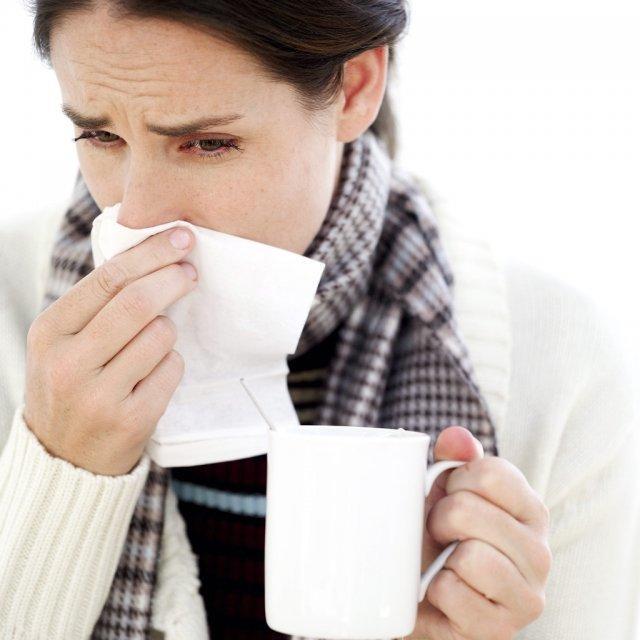 В первые дни заболевания симптомами являются признаки респираторных заболеваний