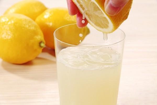Сок лимона можно смешать с водой, таким образом снизив его концентрацию
