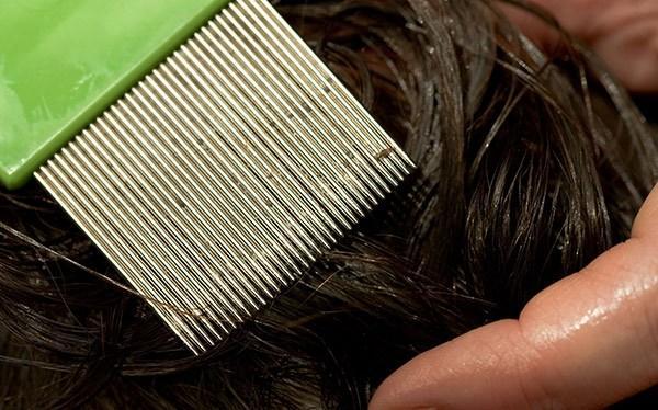 После смывания препарата стоит прочесать волосы специальным гребнем, для усиления эффекта