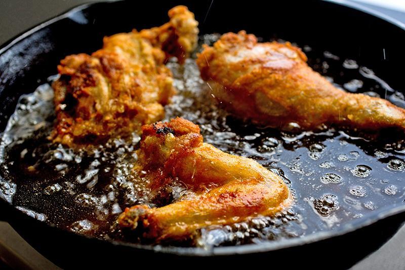 При язвенной болезни из рациона необходимо исключить жаренную и жирную пищу
