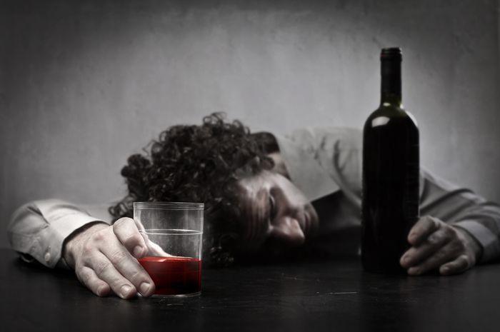 Алкоголик выпивает регулярно