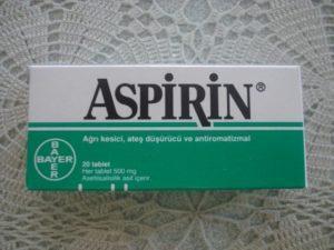 Аспирин эффективно подсушивает высыпания, сокращая период «созревания» прыща и способствуя уменьшению его размеров