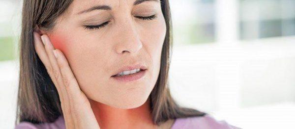 Болит ухо и горло с одной стороны: причины и лечение
