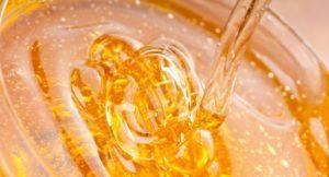 Натуральный мед обладает выраженным противовоспалительным действием, питает и смягчает кожу