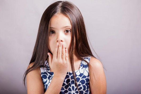 Неприятный запах изо рта – один из признаков глистной инвазии у детей