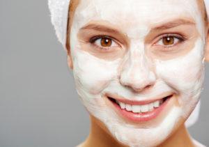 Обладательницам жирной и комбинированной кожи хорошо подойдет маска на основе кефира или йогурта