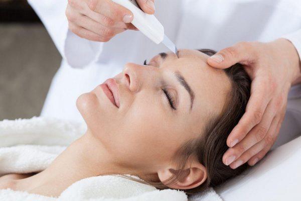 Процесс ультразвуковой чистки лица