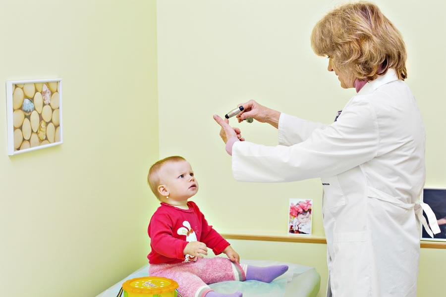 Детям, проходящим терапию атопического дерматита, показана консультация психоневролога.