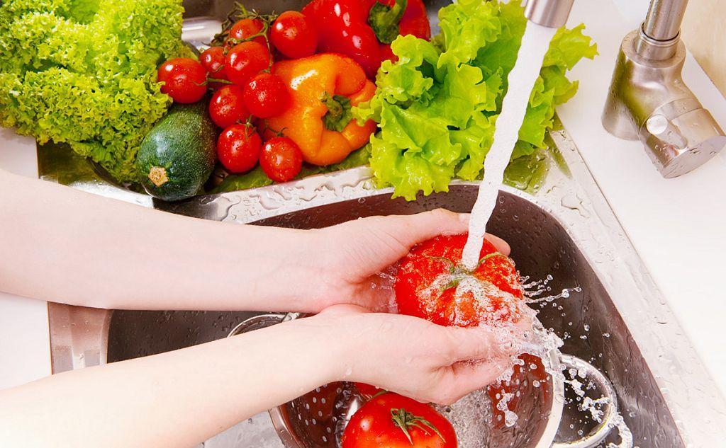 Также необходимо мыть овощи и фрукты