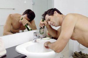 """На 3 стадии алкоголик """"лечит"""" похмелье алкоголем, тем самым попадает в замкнутый круг и начинает пить постоянно"""