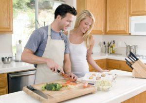 В бытовом контакте или совместном приеме пищи, заражение не происходит