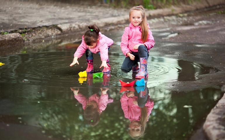 Если ребенок после прогулки пришел мокрый, его нужно сразу же переодеть