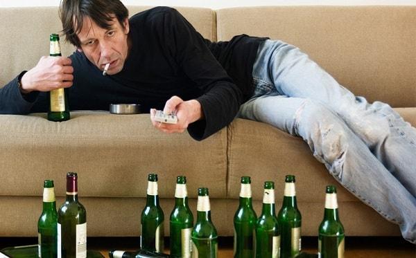 В большинстве случаев алкоголик теряет все, семью, работу, и начинает пить практически без остановки