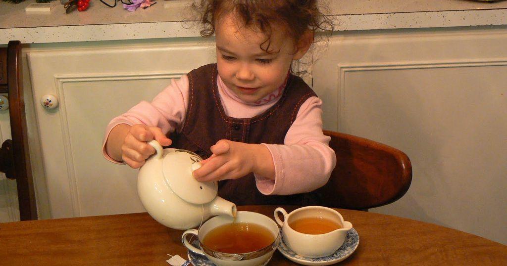 Зимой после прогулки ребенку необходимо теплое питье