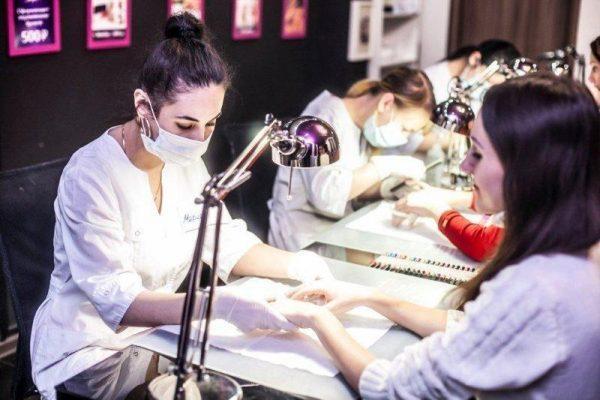 Мастерам, работающим с шеллаком, следует проводить маникюр в перчатках и защитной маске