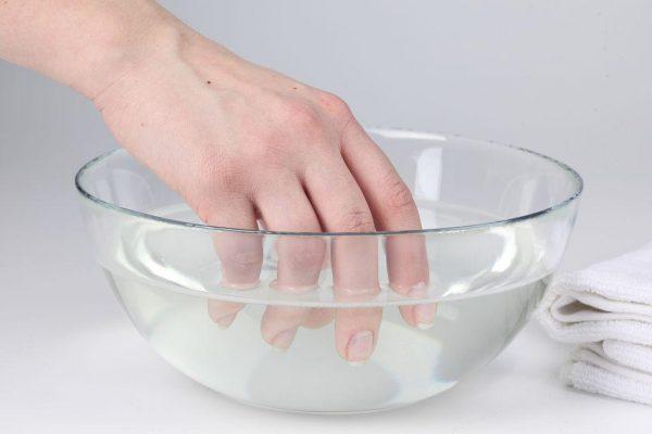 Ванночки против грибка ногтей с применением нашатырного спирта проводят в течение 20 минут