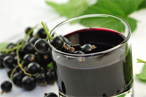 Сок черной смородины обладает быстрым противовоспалительным эффектом
