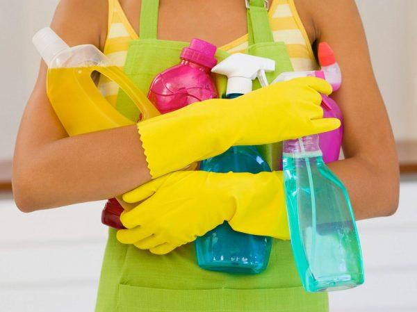 Убирайте в резиновых перчатках, чтобы не раздражать кожу рук