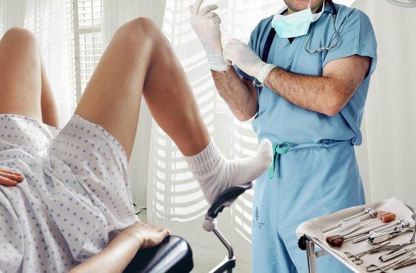 Врач-гинеколог готовится к осмотру пациентки