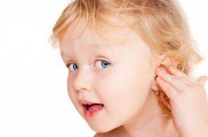 Дети часто засовывают в уши посторонние предметы