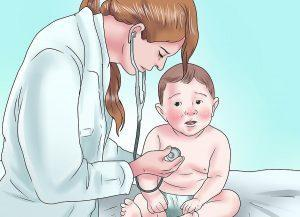 Малыш обследуется врачом