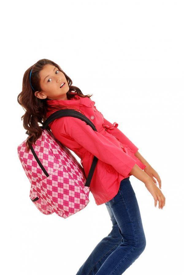 Ношение тяжелого портфеля постепенно приводят к заболеванию позвоночника