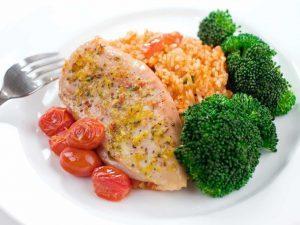 Отварная курятина с рисом и овощами
