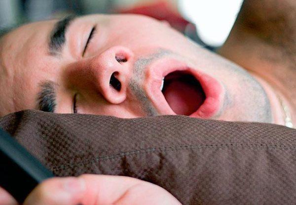 При хронической заложенности человек постоянно дышит через рот