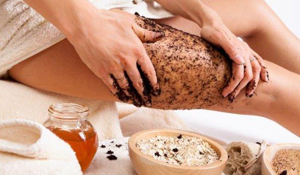Скрабирование кожи перед проведением массажа