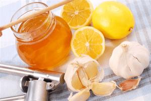 Чесночные капли с медом увлажняют и успокаивают раздраженную слизистую