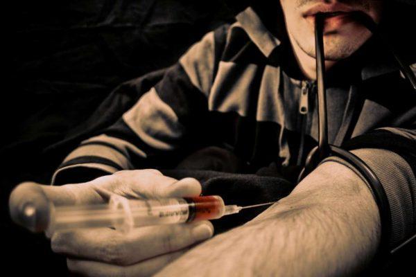 Лица, употребляющие внутривенные наркотические средства, входят в группу риска