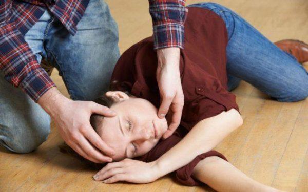 Если у больного судороги, обморочное состояние, нужно вызывать неотложную помощь