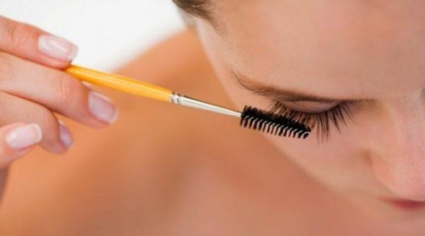 Наносить масло на ресницы и брови целесообразно перед сном или в выходной, когда идти никуда не нужно