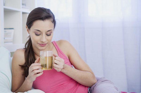 Облегчить состояние помогает чай с мятой, вода с лимоном