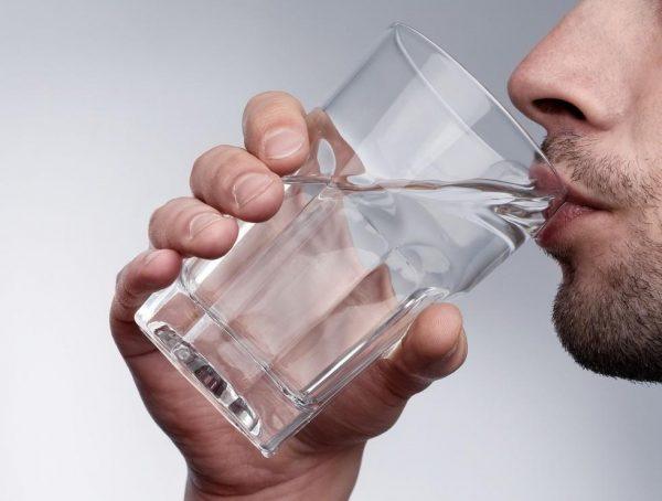 После алкогольного отравления нужно выпить не менее двух литров чистой воды