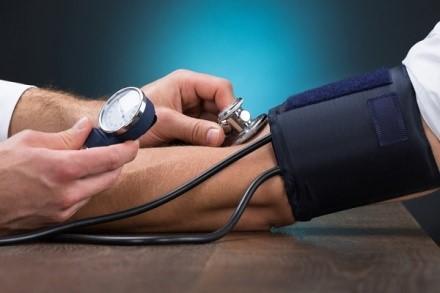 Тошнота и рвота - характерные симптомы скачков давления