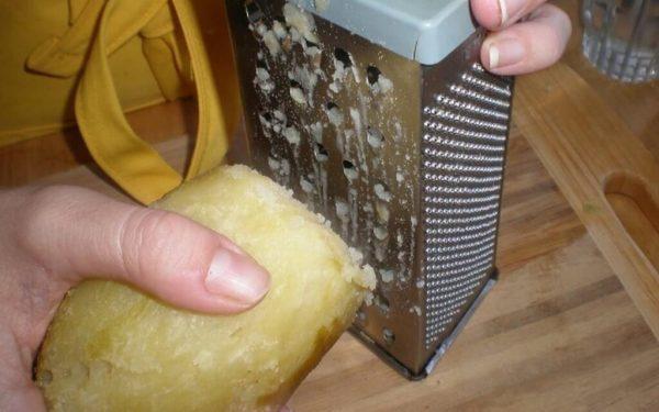 Для компресса необходимо натереть картофель на терке