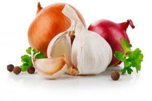 Для профилактики галитоза нужно отказаться от употребления лука и чеснока