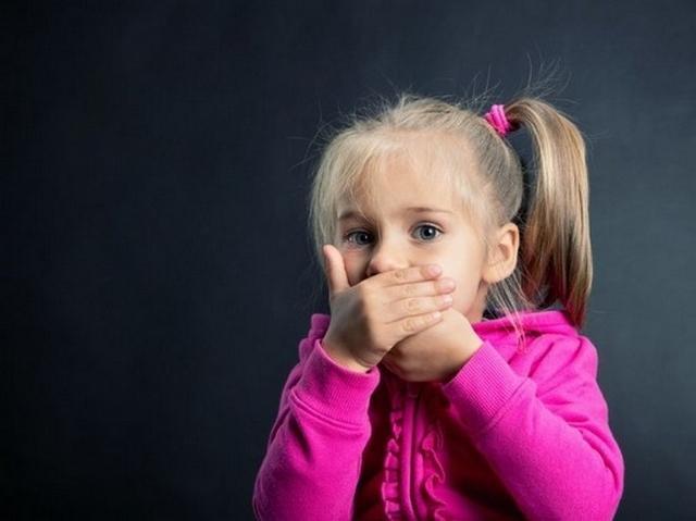 Запах кала у ребенка чаще всего связан с неправильным питанием или заражением гельминтами