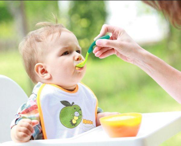 Маленькому ребенку препарат дают вместе с овощным или фруктовым пюре, кашей или молочной смесью