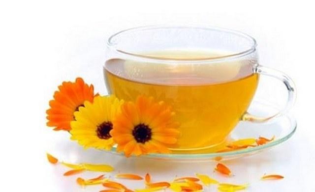 Чай с календулой и окопником поможет нормализации пищеварения и заживлению тканей